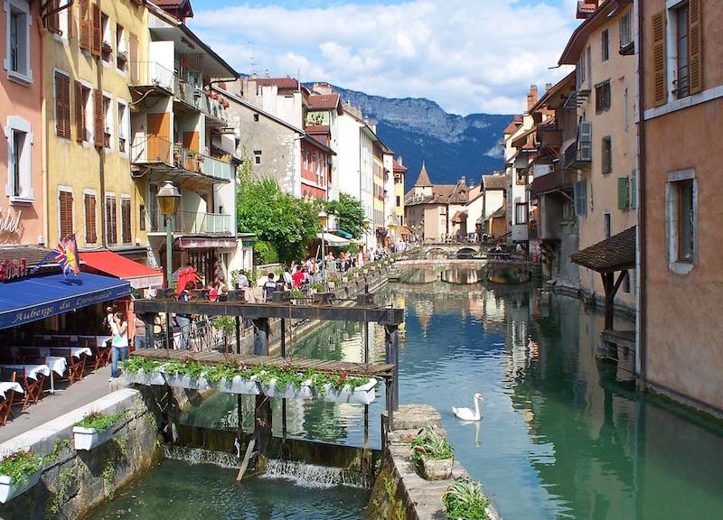 Le thiou une rivi re dans la ville d 39 annecy h tel des alpes for Hotel piscine annecy