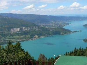 Le col de la Forclaz et ses nombreuses activités dominant le lac d'Annecy