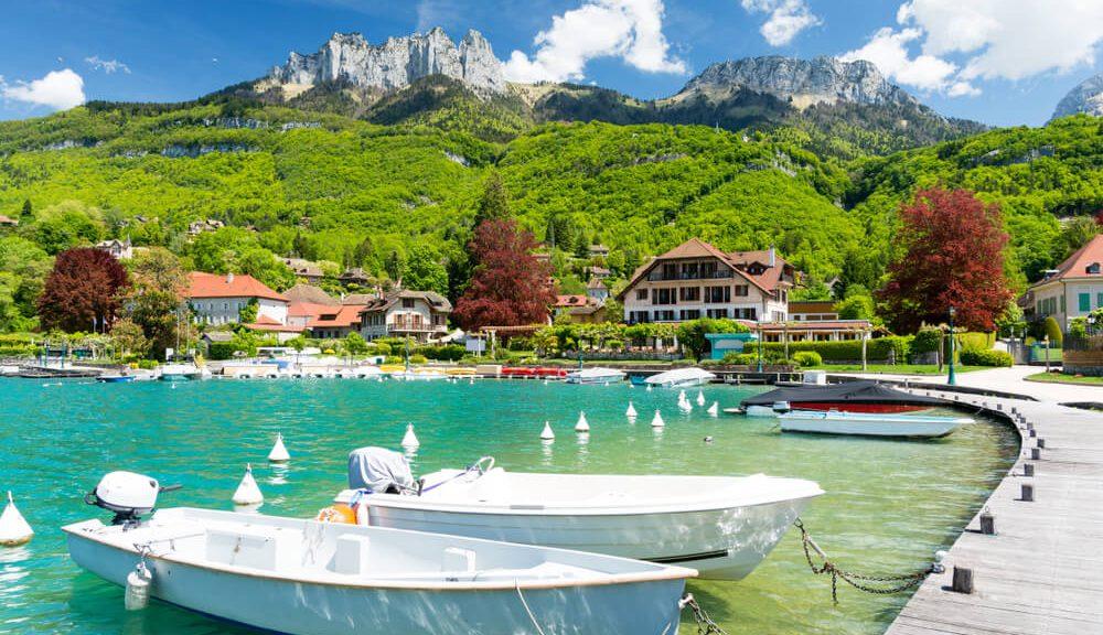 au printemps, profitez des plages du lac d'Annecy